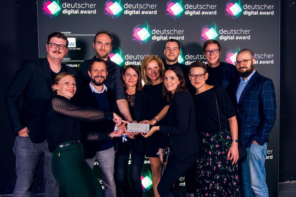 Gruppenfoto vor Pressewand
